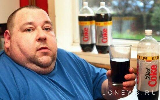 Мужчина борется с зависимостью от диетической колы